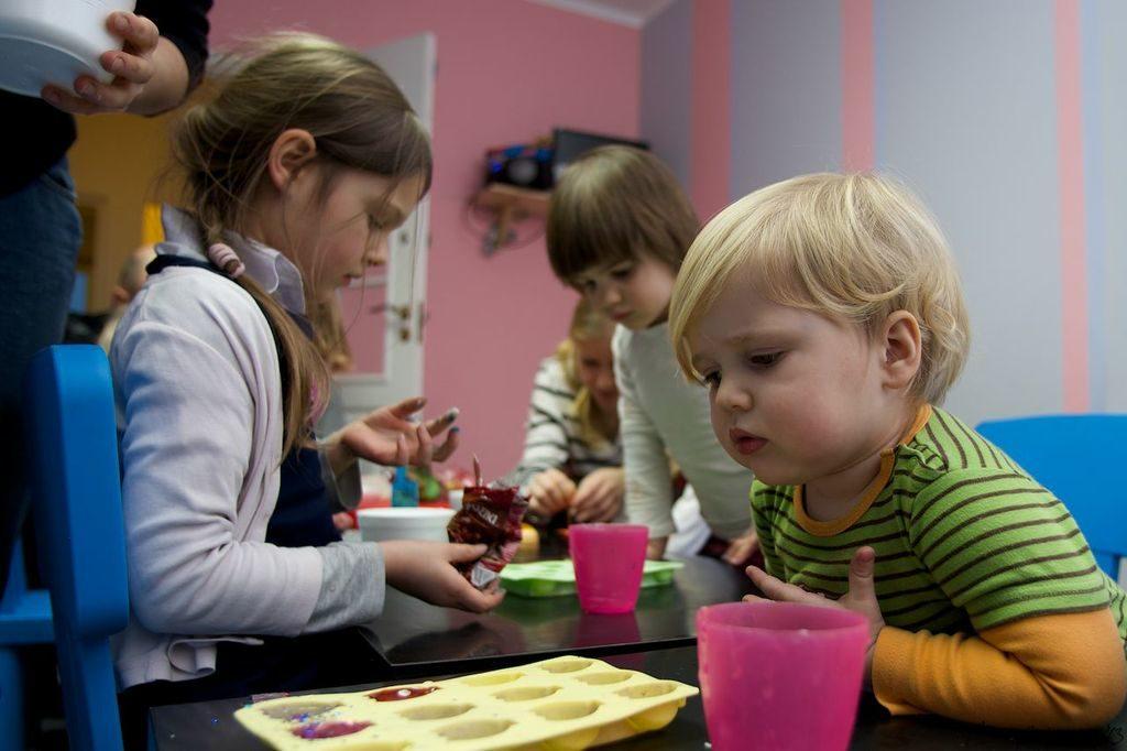 Opieka i prowadzenie dzieci na planie zdjęciowym